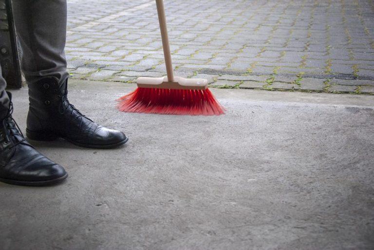 Jakie zalety niesie ze sobą zatrudnienie firmy sprzątającej